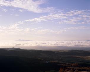 くじゅう・牧の戸峠から見た祖母山の雲海と空の素材 [FYI01145677]