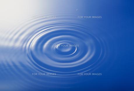 水面の波紋の素材 [FYI01145903]