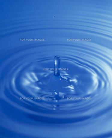 水面に落ちた水滴のツノの素材 [FYI01145991]