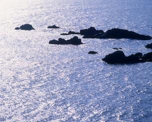 輝く海と岩の素材 [FYI01146062]