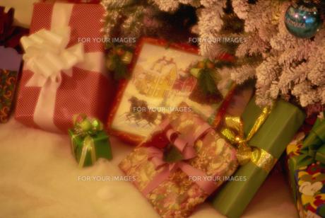 クリスマスツリーとプレゼントの素材 [FYI01146086]