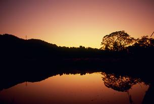 夕焼けに光る池の素材 [FYI01146098]