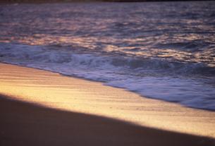 夕景の波打ち際の素材 [FYI01146101]
