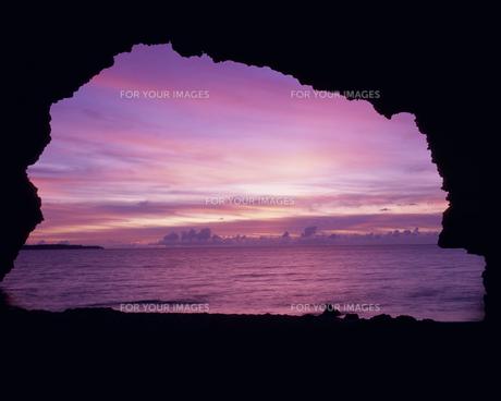 洞穴から見た夕景の海と空の素材 [FYI01146106]