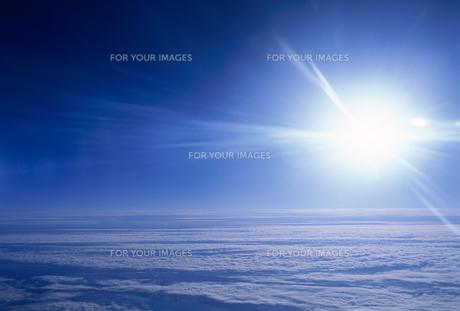 機上から見た雲と太陽の素材 [FYI01146160]
