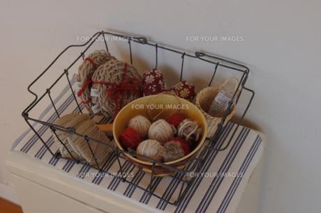 ワイヤー籠に入った生活雑貨の素材 [FYI01146254]