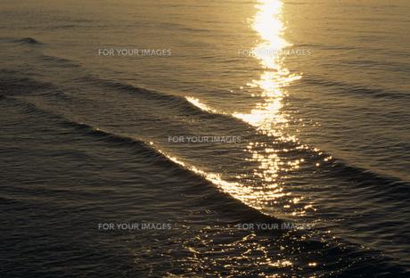 夕陽に光る波の素材 [FYI01146279]
