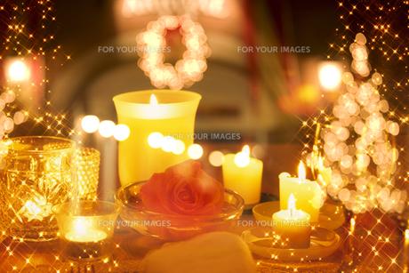 バラとキャンドルのあるテーブルの素材 [FYI01146307]