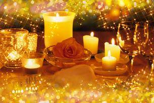 バラとキャンドルのあるテーブルの素材 [FYI01146322]