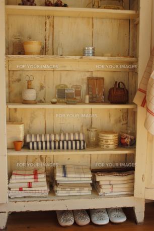 木製の棚のタオルや小物の素材 [FYI01146387]
