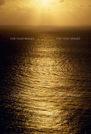 夕日に光る海の素材 [FYI01146423]
