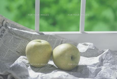 窓辺に英字新聞と青りんごの素材 [FYI01146454]
