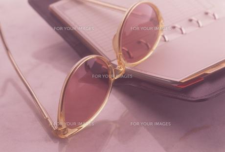 手帳とメガネの素材 [FYI01146488]