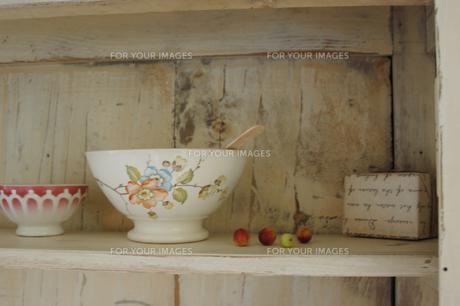 木製の棚のカフェオレボウルの素材 [FYI01146497]