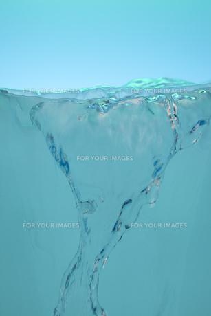 器から湧き出る水の素材 [FYI01146646]