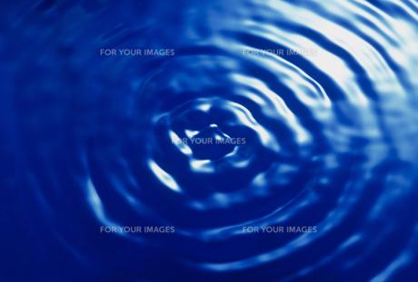 水面の波紋の素材 [FYI01146680]