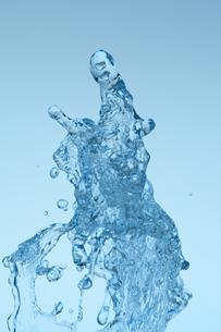 空中に盛り上がる水の素材 [FYI01146816]