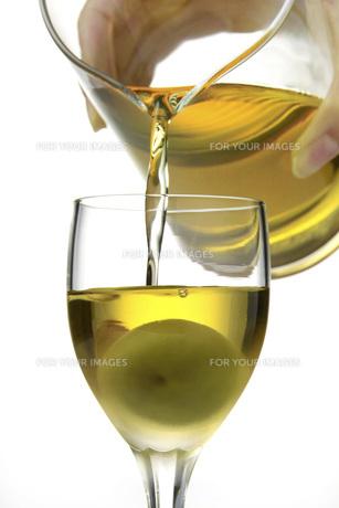 グラスに梅酒を注ぐの素材 [FYI01148459]
