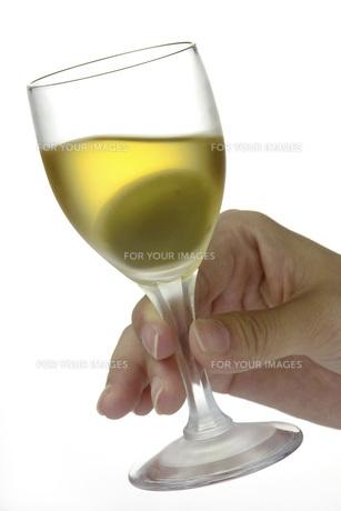 梅酒を持つ手の素材 [FYI01148473]
