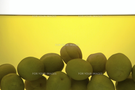 熟成した梅酒と梅の素材 [FYI01148482]