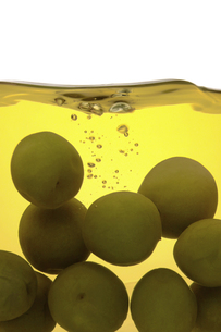 ビンの中の梅酒と梅の素材 [FYI01148652]