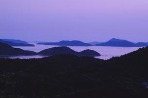 黄昏の島波の素材 [FYI01149943]