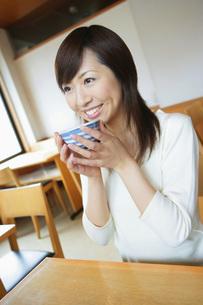 お茶を飲む女性の素材 [FYI01152406]