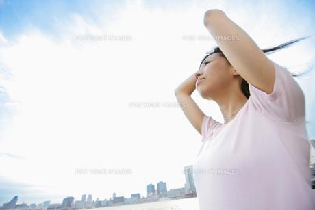 風を受ける女性の素材 [FYI01152418]