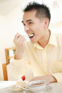 ケーキを食べる男性の素材 [FYI01152425]