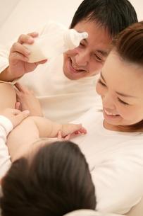 赤ちゃんと父母の素材 [FYI01152454]