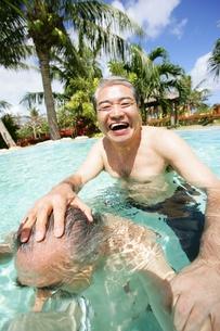 プールで遊ぶシニア男性の素材 [FYI01152468]