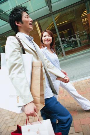 ショッピングをするカップルの素材 [FYI01152475]