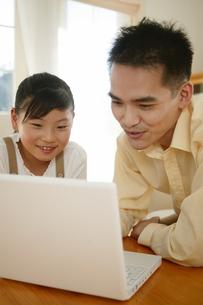 パソコンをする親子の素材 [FYI01152482]