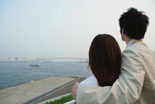 海を見ながら寄り添うカップルの素材 [FYI01152487]
