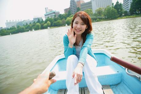 ボートに乗る女性の素材 [FYI01152526]