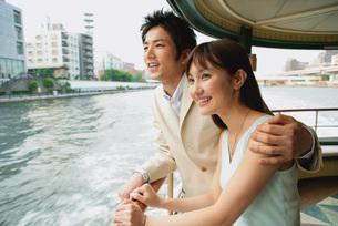 船に乗るカップルの素材 [FYI01152533]