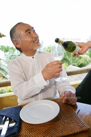 ワインと男性の素材 [FYI01152552]