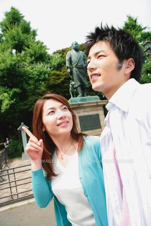 デートするカップルと銅像の素材 [FYI01152588]