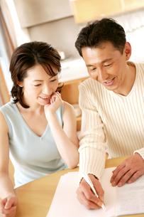 話し合いをする夫婦の素材 [FYI01152627]