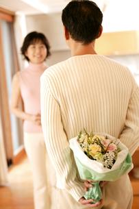 花束を貰う女性の素材 [FYI01152653]