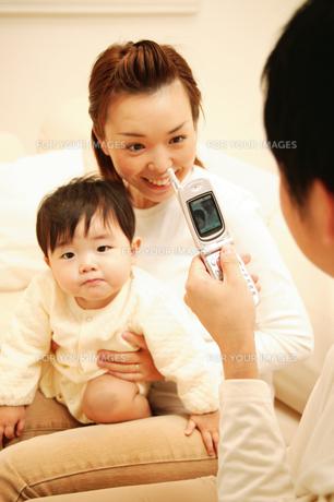 携帯電話で写真をとる親子の素材 [FYI01152658]