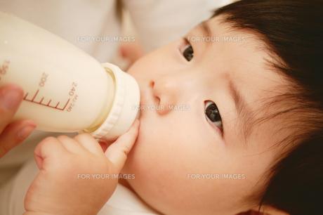 ミルクを飲む赤ちゃんの素材 [FYI01152672]