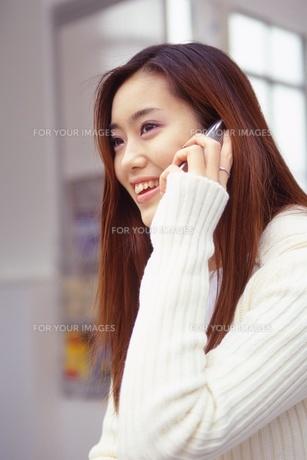 携帯電話を使う女性の素材 [FYI01152696]