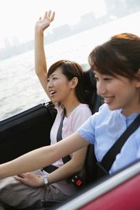 ドライブをする女性2人の素材 [FYI01152709]