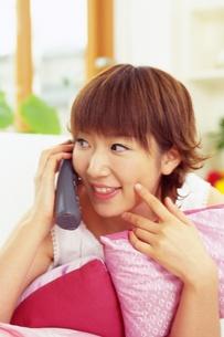 電話で話す女性の素材 [FYI01152723]