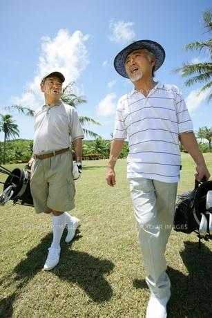 ゴルフをする男性の素材 [FYI01152728]