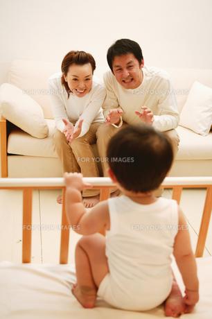 両親を見る赤ちゃんの素材 [FYI01152747]