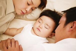 眠る親子の素材 [FYI01152800]