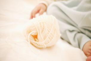 毛糸玉と赤ちゃんの素材 [FYI01152829]