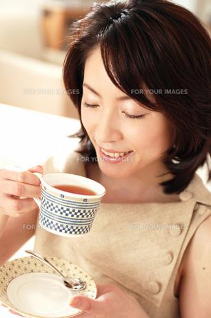 紅茶を飲む女性の素材 [FYI01152831]
